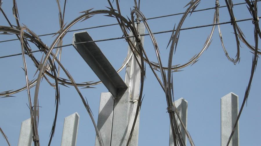 concertinas sobre valla metalica